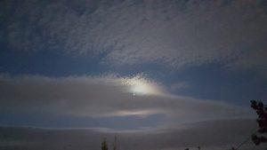 7 часов вечера. Луна за облаком. Мылит уже сильно, но камера всё же захватила вид.